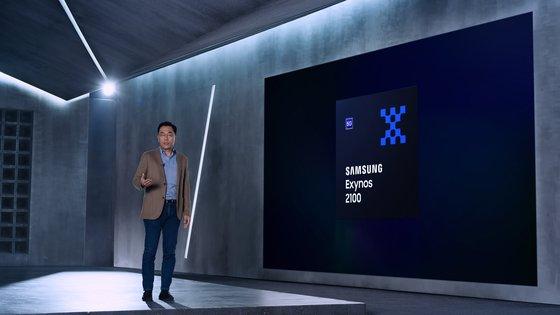 サムスン電子のカン・インヨプ社長が「エクシノス2100」を紹介している。[写真 サムスン電子]