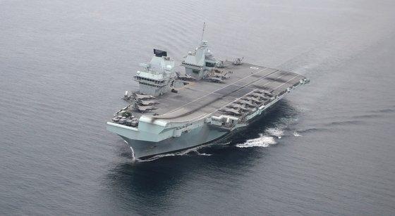 8月31日午後、韓英海軍の連合訓練が実施された。写真は東海(トンヘ、日本名・日本海)南部の海上の英空母「クイーン・エリザベス」  [写真共同取材班]