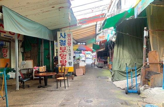 大邱(テグ)北区の七星(チルソン)市場内の犬市場。買い物客が少なく閑散とした雰囲気だ。キム・ジョンソク記者