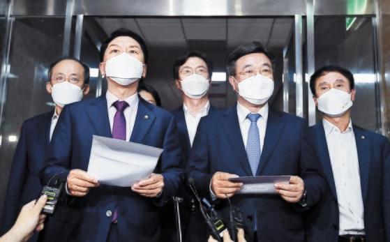 韓国与党「共に民主党」の尹昊重(ユン・ホジュン)院内代表(右から2人目)と野党「国民の力」の金起ヒョン(キム・ギヒョン)院内代表(左から2人目)がソウル汝矣島(ヨイド)国会で朴炳錫(パク・ビョンソク)国会議長の主宰で開かれた言論仲裁法関連の与野党院内代表会合を終えた後、合意文を発表している。イム・ヒョンドン記者