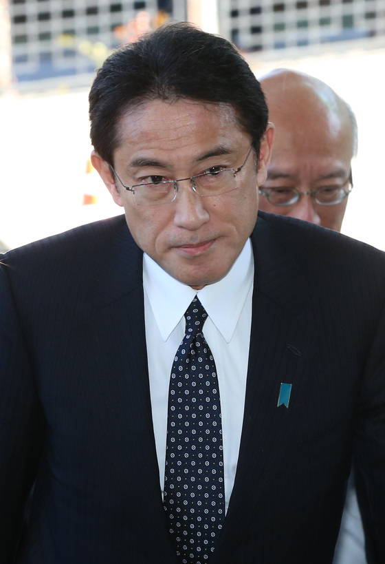 2015年12月28日、岸田文雄日本外相(当時)が外交長官会談に出席するためにソウル都染洞の外交部庁舎に入っていく。[中央フォト]