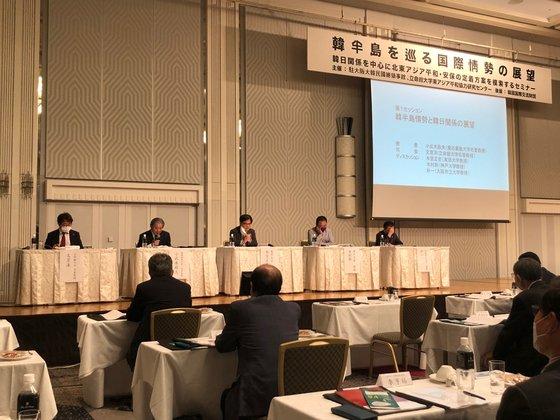 12日、ニューオータニホテル大阪で開かれた「韓半島を巡る国際情勢の展望」セミナーで出席者が討論している。[写真 在大阪大韓民国総領事館]