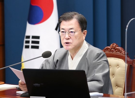 韓国の文在寅(ムン・ジェイン)大統領が12日、青瓦台(チョンワデ、大統領府)与民館(執務室)で、国務会議を主宰している。韓服文化週間を迎え、韓服を着用している。文大統領はこの日の会議で「大庄洞(テジャンドン)事件に対して迅速かつ徹底した捜査で実体的真実を糾明するために総力を挙げてほしい」とし「検察と警察は積極的に協力するように」と指示した。[写真 青瓦台写真記者団]