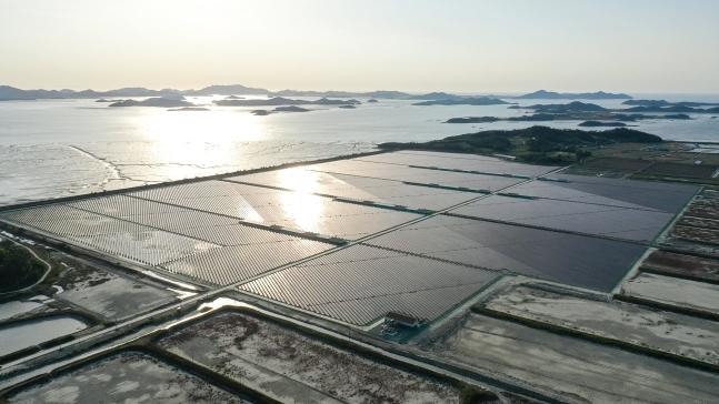 全羅南道新安郡に太陽光発電集積化施設が設置された様子。チャン・ジョンピル・フリーランス記者