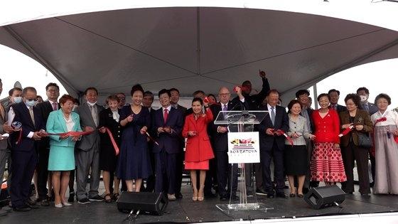 今月9日、米国メリーランド州コリアタウンオープン記念式典に出席したラリー・ホーガン州知事(演壇後方)とユミ・ホーガン夫人。イ・グァンジョ記者