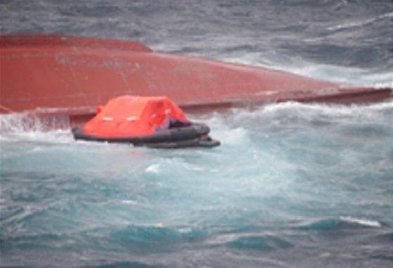 20日午前11時18分ごろ独島北東の公海上で転覆しているのが見つかった漁船の様子。[写真 東海地方海洋警察庁]
