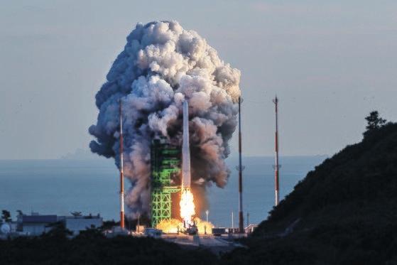 韓国型発射体「ヌリ号」(KSLV-2)が21日、全羅南道高興郡(チョルラナムド・コフングン)の羅老(ナロ)宇宙センター第2発射台から打ち上げられた。[写真 写真共同取材団]