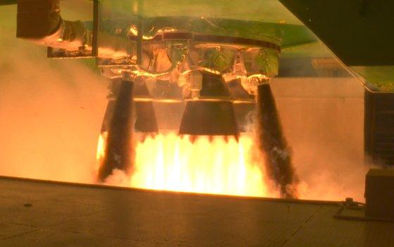 全羅南道高興郡の羅老(ナロ)宇宙センターで行われた韓国型ロケット「ヌリ号」1段目推進機関の燃焼試験。 [写真=韓国航空宇宙研究院]