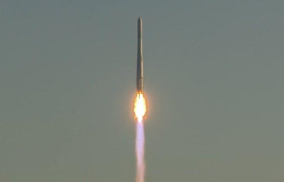 21日、全羅南道高興郡(チョルラナムド・コフングン)の羅老(ナロ)宇宙センター第2発射台から韓国型発射体「ヌリ号」(KSLV-ll)が打ち上げられている。1.5トン級実用衛星を地球低軌道(600~800キロメートル)にのせるために作られたヌリ号は、全長47.2メートル・総重量200トン規模で、エンジン設計と製作、試験と発射運用まですべて国内の技術で完成された。[写真 韓国航空宇宙研究院]