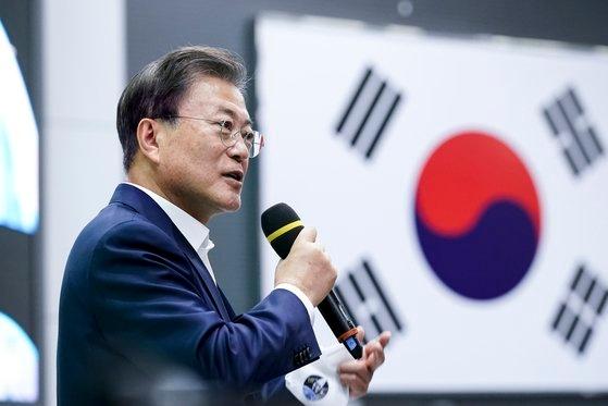 21日午後、全羅南道高興の羅老(ナロ)宇宙センターで韓国型ロケット「ヌリ号」(KSLV-2)打ち上げを参観した後、発射統制管理室で研究員を励ます文在寅大統領。 青瓦台写真記者団