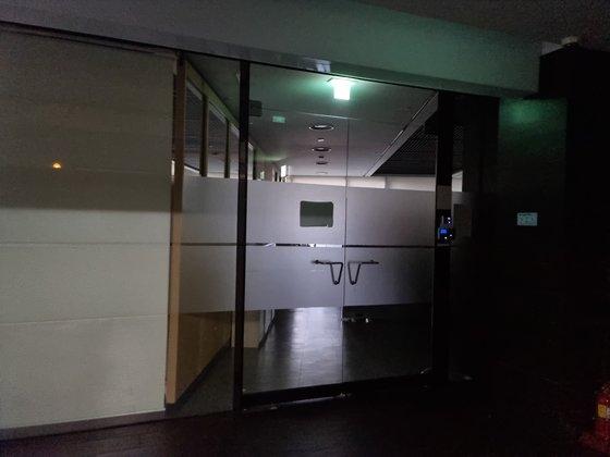 21日午後4時ごろ、事件が起きたソウル・良才洞の会社の様子。社員は全員在宅勤務中でドアは堅く閉ざされている。キム・ジヘ記者